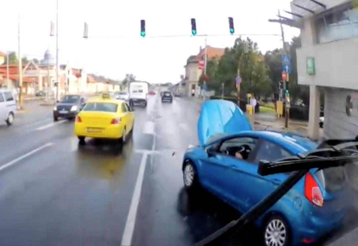Szándékosan szívatta a buszt egy frusztrált autós Budapesten
