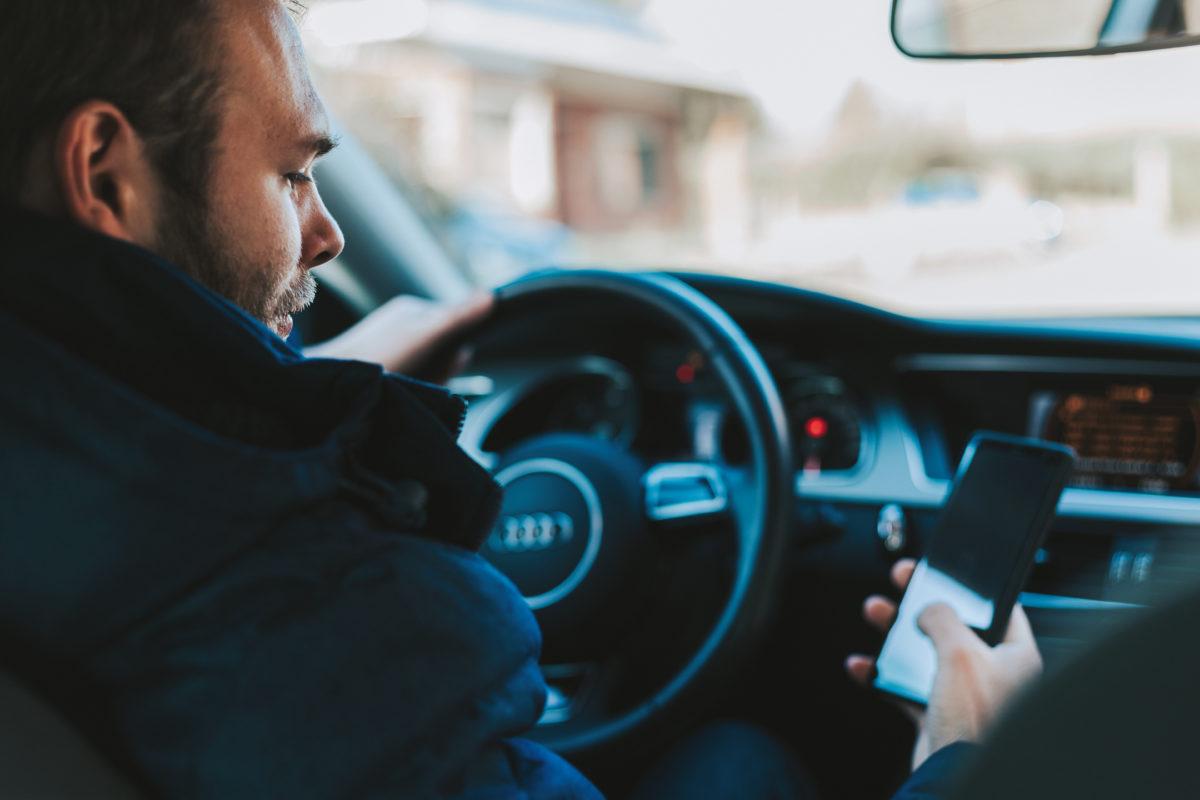 Szakértő: végleg el kellene venni a vezetés közben mobilozók jogsiját