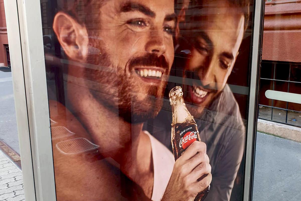 Megbírságolták a Coca-Colát a meleg párokat ábrázoló plakátjai miatt