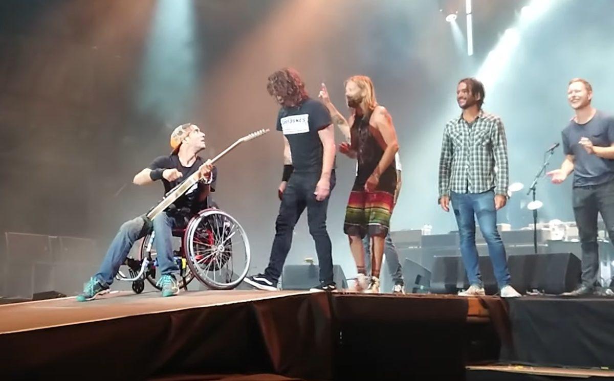 Dave Grohl felhívott egy kerekesszékes srácot a Sziget nagyszínpadára, hogy ő csapja földhöz a gitárját