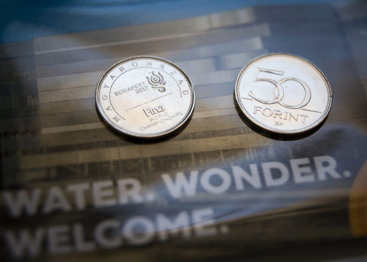 A 2017-es FINA vizes világbajnokság tiszteletére, a Magyar Nemzeti Bank (MNB) által kibocsátott 50 forintos forgalmi érme emlékváltozata a bemutatásán a Városligetben 2017. június 14-én.