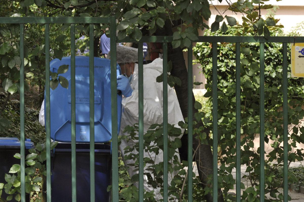 Bűnügyi technikusok helyszínelnek 2019. augusztus 23-án egy társasháznál a II. kerületi Zöldlomb utcában, ahol három holttestet találtak.