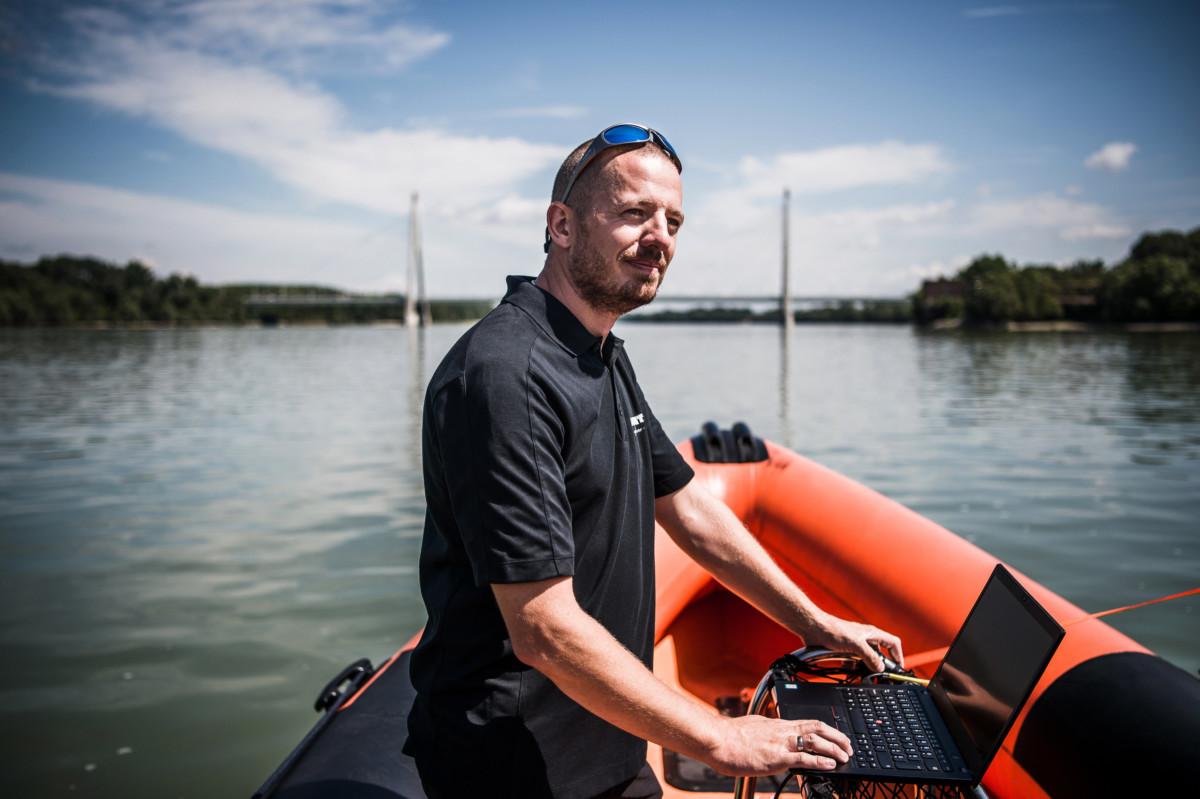 Bajdik János, a Norbit Hungary Kft. sales managere Budapesten, a Megyeri híd közelében, a Duna fővárostól északra eső szakaszán 2019. július 22-én.