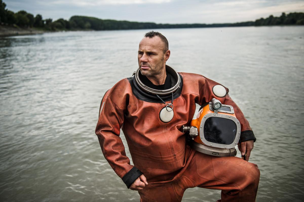Kovács Gábor, a Havária Katasztrófaelhárító Közhasznú Egyesület merülésvezetője, mentő-kutató búvárja a Duna bajai szakaszán 2019. július 12-én.