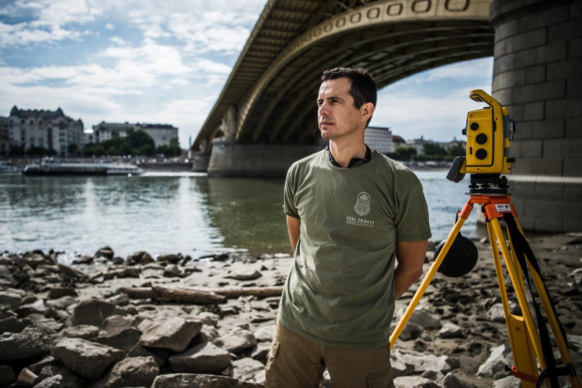 Simon Péter geodéta, a HM Zrínyi Nonprofit Kft. felmérő mérnöke a Margit híd budai hídfőjénél 2019. július 23-án.