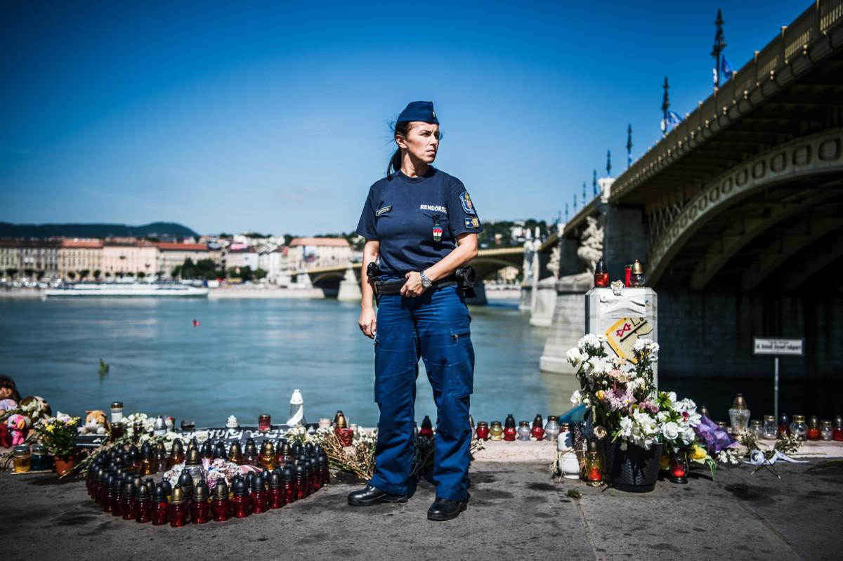 Kutsera-Juhász Bettina alezredes, a BRFK közrendvédelmi főosztályának osztályvezetője a Margit híd pesti hídfőjénél, a Hableány áldozatainak emlékhelyénél 2019 július 17-én.
