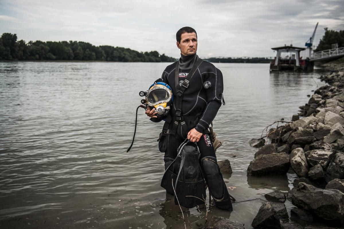 Gyulánszky Milán, a bajai hivatásos tűzoltóság őrmestere, a Havária Katasztrófaelhárító Közhasznú Egyesület Petőfi Mentőcsoportjának búvára a Duna bajai szakaszán 2019. július 12-én.