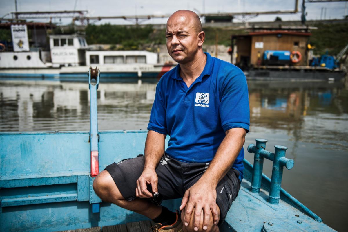 Ádám Tamás, a Szökőár Kft. ipari búvára Budapesten, a Petrol-öbölben 2019. július 9-én.