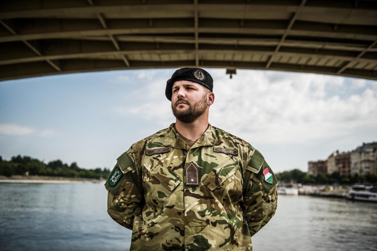 Váci Norbert őrvezető, a Dunaújváros aknamentesítő hajó gépésze a Margit híd alatt 2019. július 3-án.
