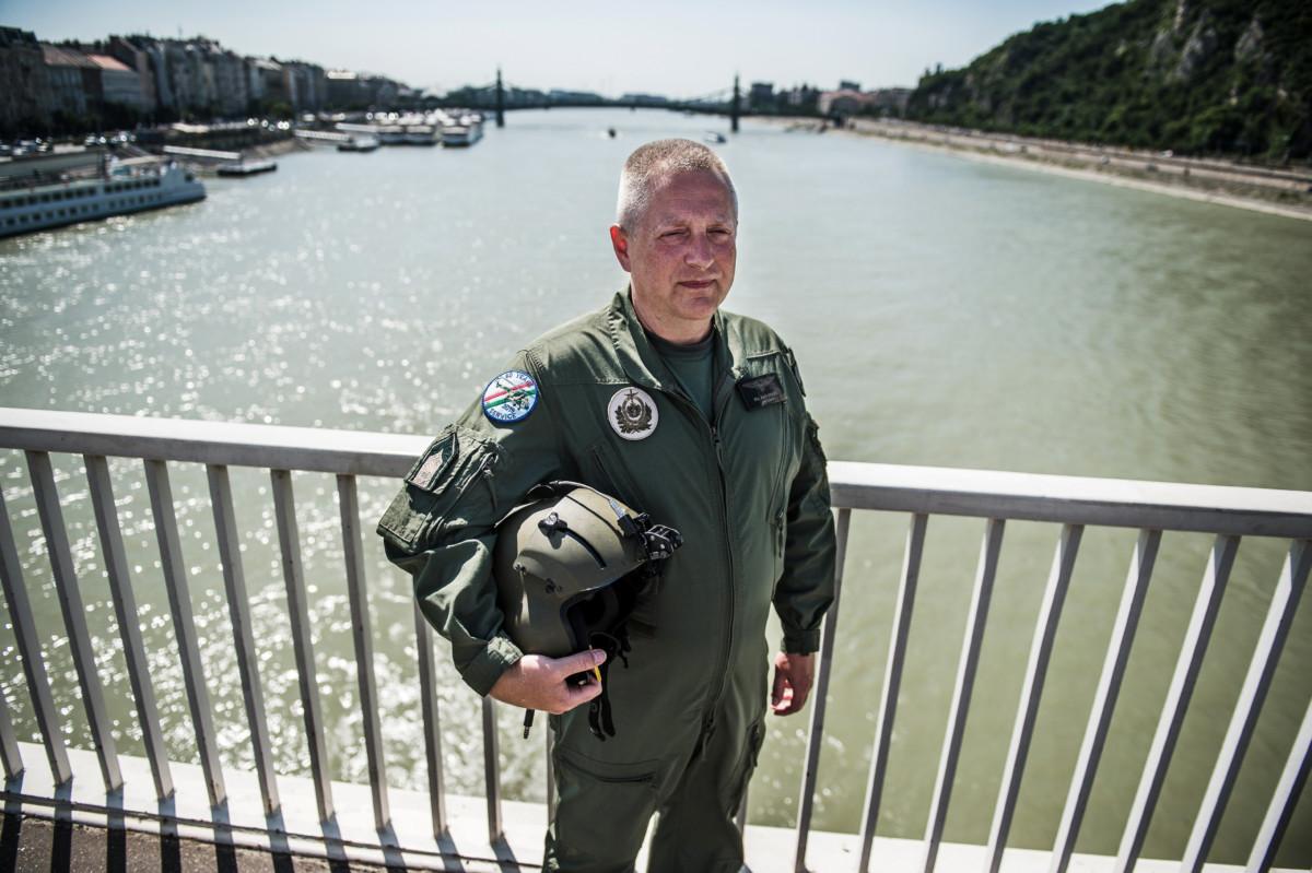 Szabó Zsolt, a Magyar Honvédség 86. Szolnok Helikopter Bázis Rubik szállító zászlóaljának rajparancsnoka az Erzsébet hídon 2019. július 2-án.