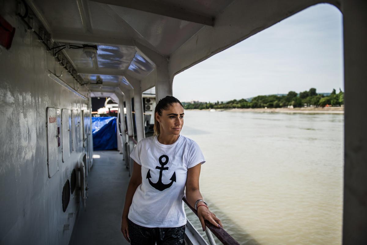 Papp Anita, a Monarchia rendezvényhajó felszolgálója Budapesten 2019. június 24-én.