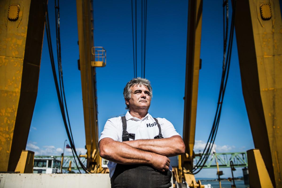 Pusztai László, a Clark Ádám daruhajó úszómunkagép-vezetője a hajón a Duna komáromi szakaszán 2019. július 10-én.