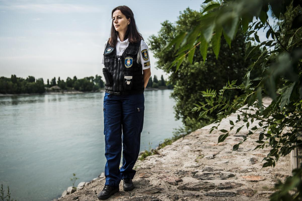 Kreitz Zsuzsanna rendőr alezredes, a Készenléti Rendőrség Nemzeti Nyomozó Iroda Bűnügyi Technikai Főosztályának vezetője, az Interpol DVI (Disaster Victim Identification, azaz Tömegszerencsétlenségek Áldozatainak Azonosítása) Hungary csapatok irányítója a Dunai Vízirendészet Budapesti Rendőrőrsén a Kopaszi-gáton 2019. július 9-én.