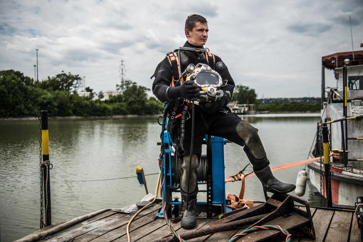 Moravcsik Zsolt, a Szökőár Kft. iparibúvár-gyakornoka Budapesten, a Petrol-öbölben 2019. július 9-én.