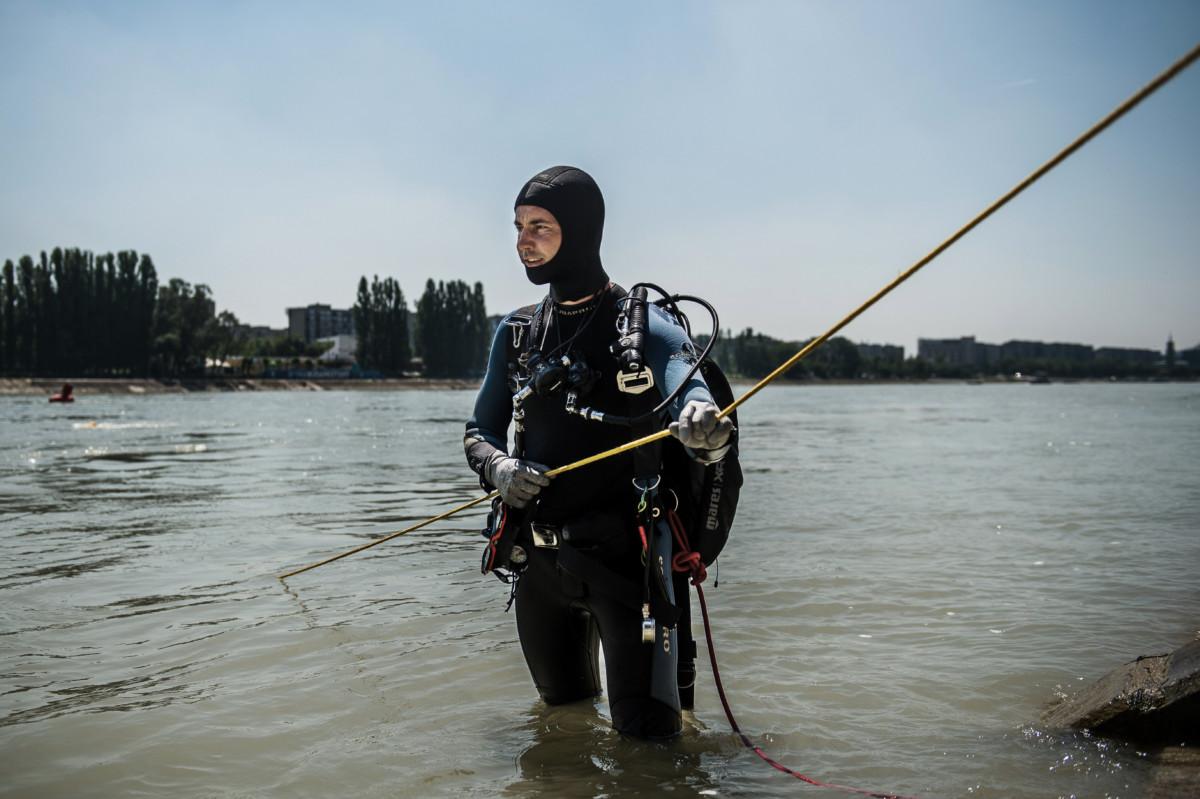 Szél Norbert, a fővárosi katasztrófavédelem búvárszolgálatának merülésvezetője a Dunában, a Margit-szigetnél 2019. június 26-án.