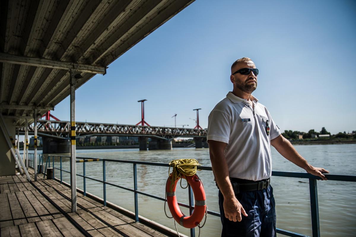 Berki Csaba törzszászlós, a Dunai vízi rendészeti rendőrkapitányság szolgálatirányító parancsnoka a Dunai Vízirendészet Budapesti Rendőrőrsén a Kopaszi-gáton 2019. június 28-án.