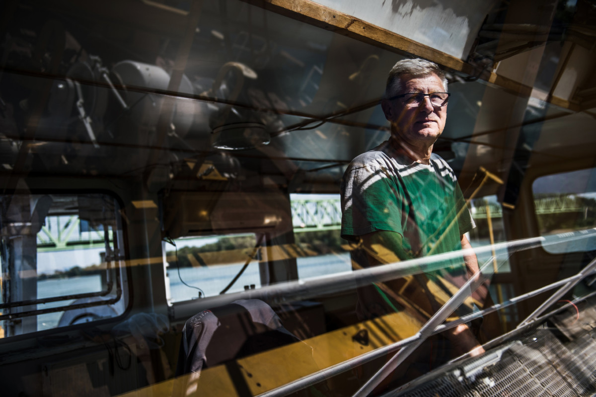 Gyenei Gyula, a Clark Ádám úszódaru kapitánya a hajón a Duna komáromi szakaszán 2019. július 10-én.