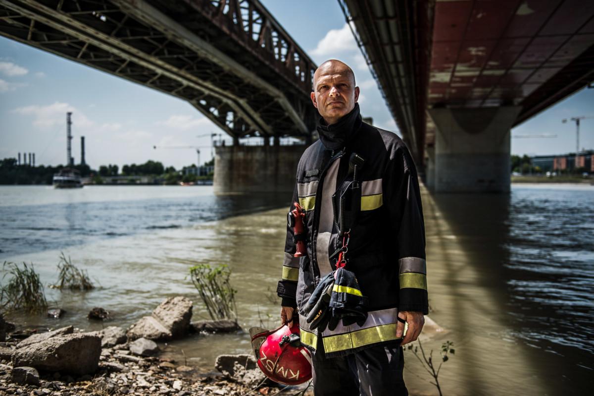 Bisztrán Zoltán tűzoltó alezredes, a Katasztrófavédelem műveleti szolgálatának vezetője Budapesten, a Rákóczi híd alatt 2019. június 25-én.