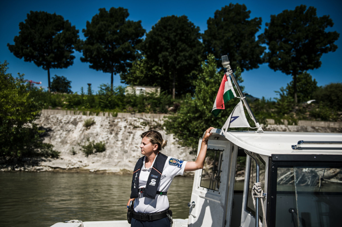 Jánosik Ágnes törzsőrmester, a BRFK vízi rendészetének hajóvezetője a Dunai Vízirendészet Budapesti Rendőrőrsén a Kopaszi-gáton 2019. június 28-án.