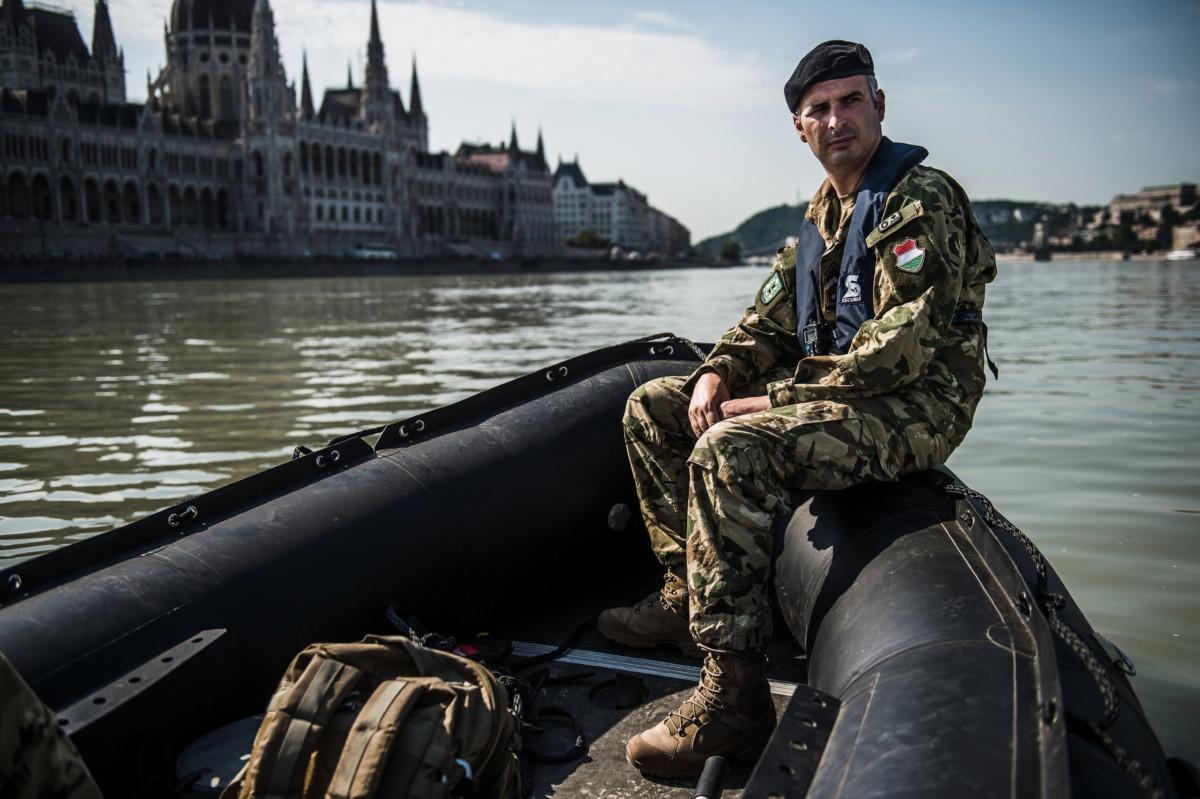 Tarlós Vince törzsőrmester, a Magyar Honvédség 1. Honvéd Tűzszerész és Hadihajós Ezred katonája egy gumicsónakon, a Duna belvárosi szakaszán a Parlament előtt 2019. július 3-án.