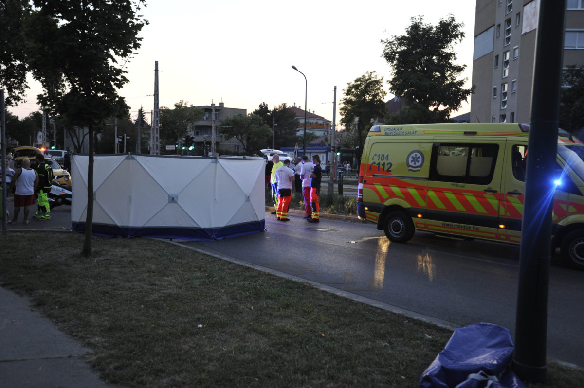 Mentők és baleseti helyszínelők 2019. augusztus 31-én Budapest XIV. kerületében, a Vezér utca és a Füredi utca kereszteződésénél, ahol gyermeket gázolt halálra egy autó.