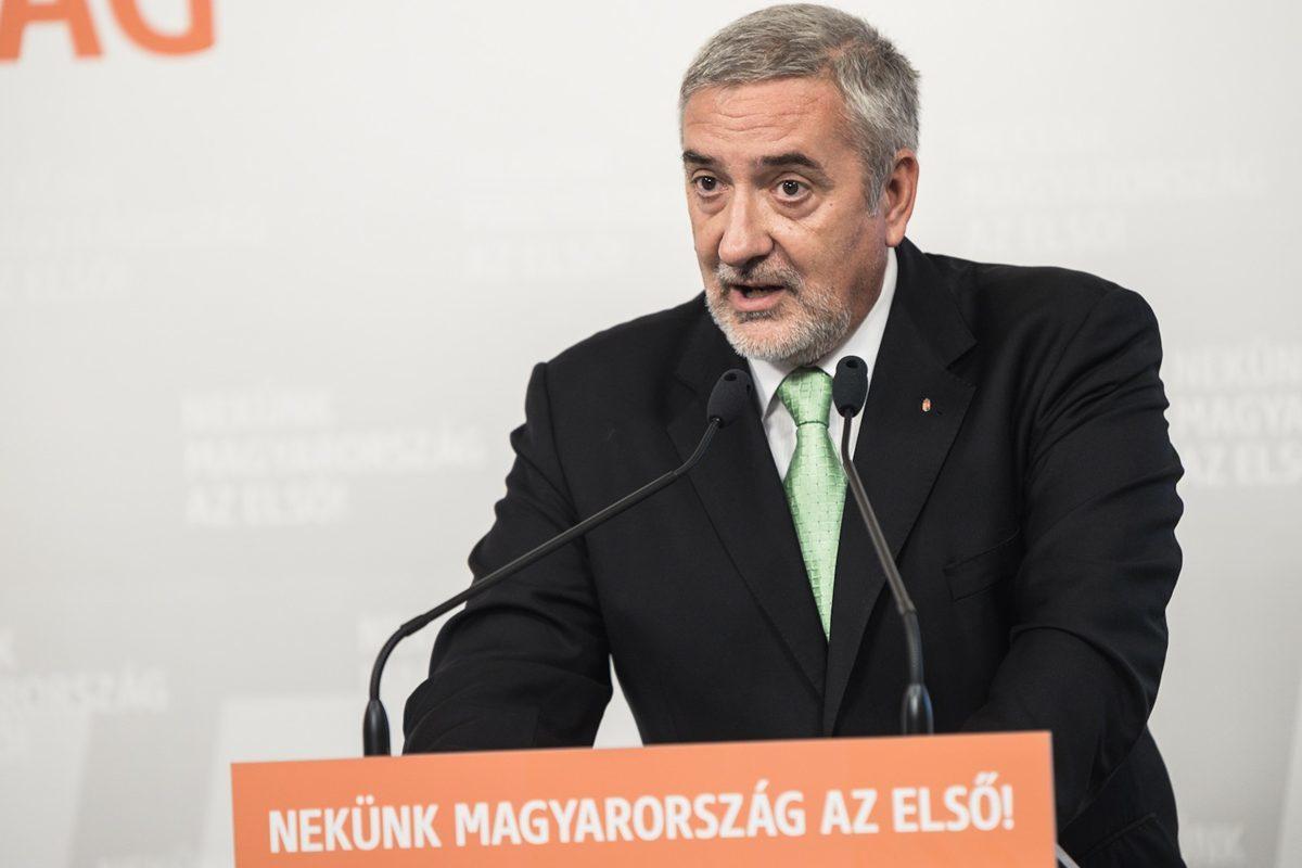 Halász János Fidesz-szóvivő a kerítésbontó Gyurcsánnyal riogató sajtótájékoztatóján 2019. augusztus 30-án.