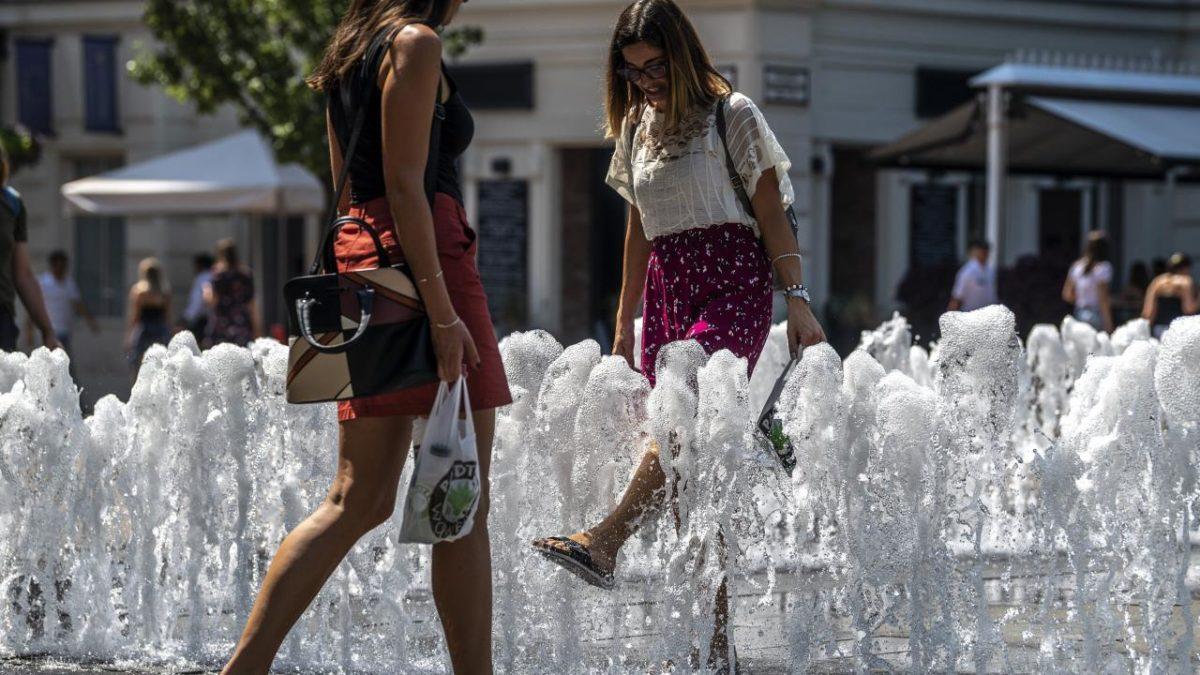 Vörös kód lépett életbe a hőség miatt, felhőszakadásokra is figyelmeztetnek