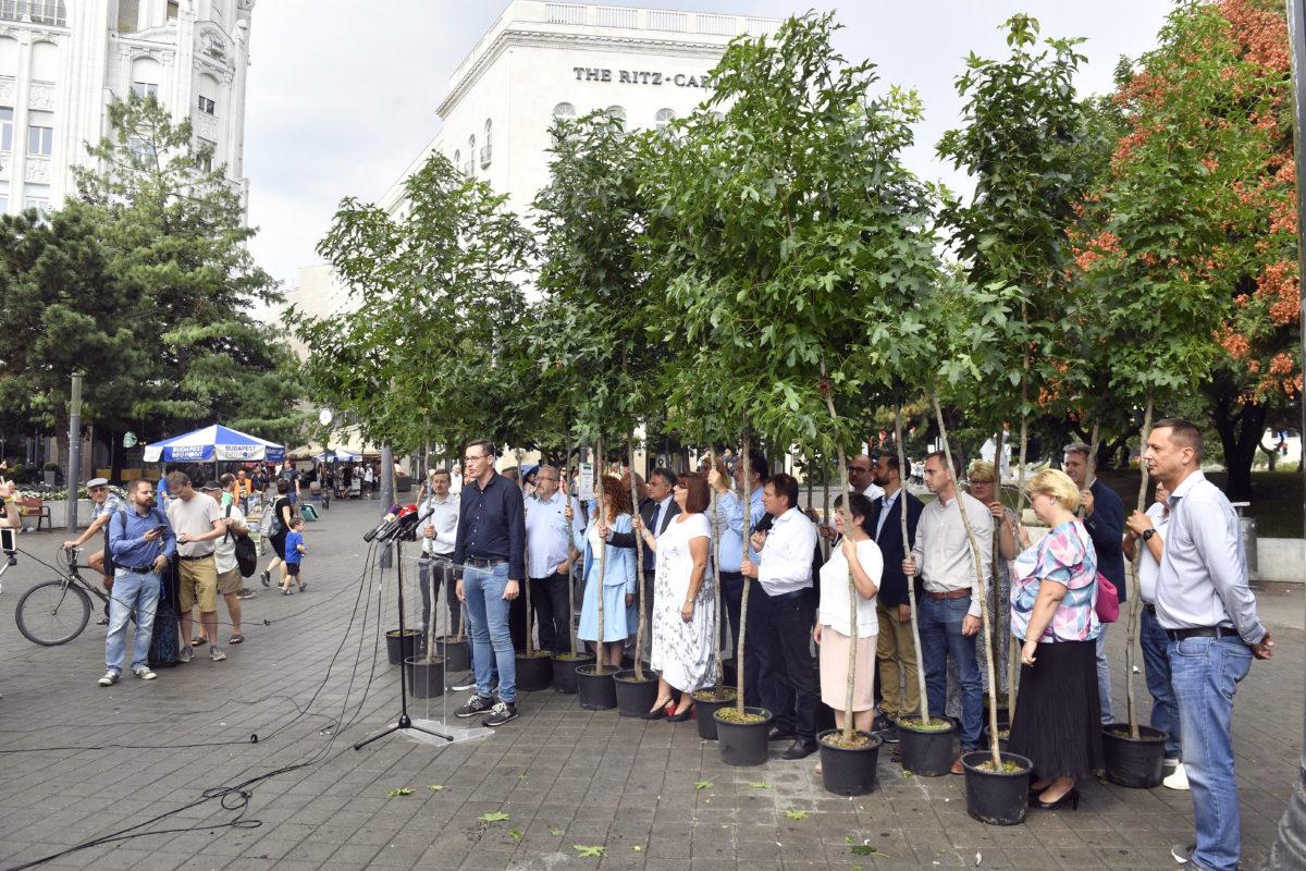 Budapest, 2019. augusztus 25. Karácsony Gergely közös ellenzéki főpolgármester-jelölt sajtótájékoztatót tart az ellenzéki kerületi polgármesterjelöltek társaságában a belvárosi Deák Ferenc téren 2019. augusztus 25-én.