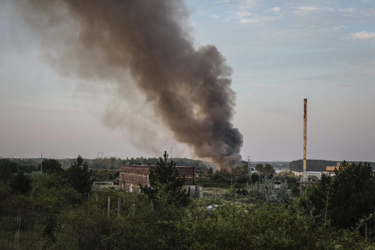 A királyszentistváni hulladéklerakóban keletkezett tűz füstje száll fel 2019. augusztus 10-én.