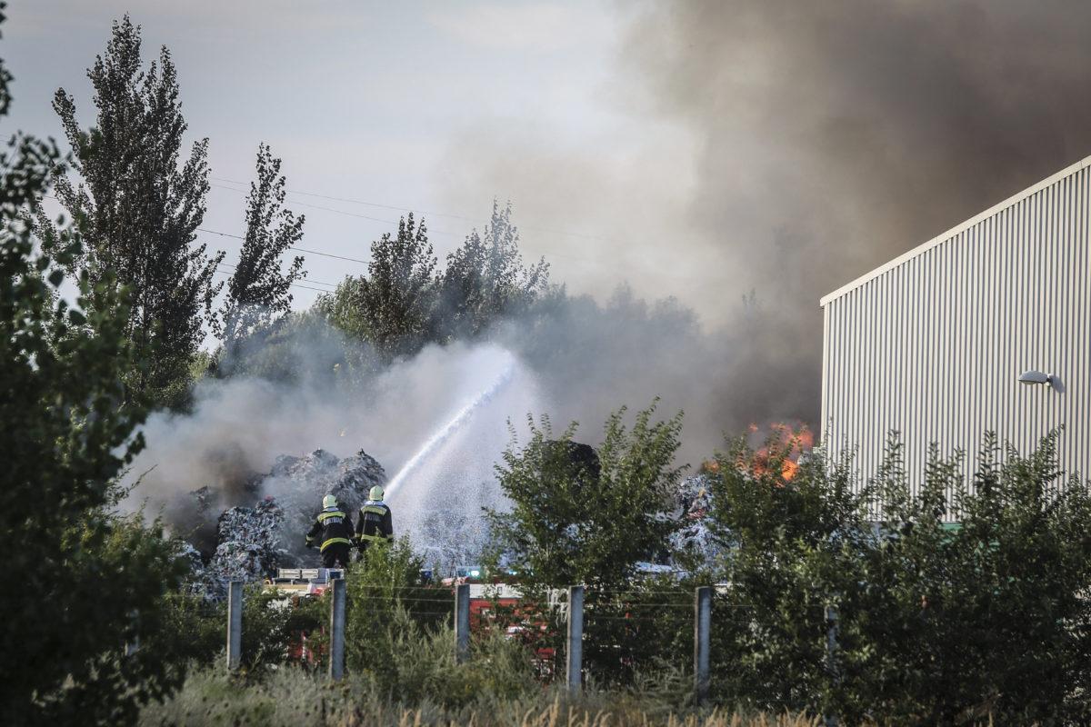 Tűzoltók dolgoznak a királyszentistváni hulladéklerakóban keletkezett tűz oltásán 2019. augusztus 10-én.