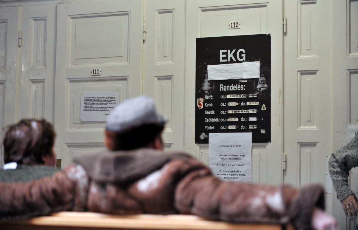Betegek várakoznak EKG-ra a Fővárosi Önkormányzat Péterfy Sándor utcai Kórház-Rendelőintézet és Baleseti Központ Szövetség utcai telephelyén 2011. február 25-én.