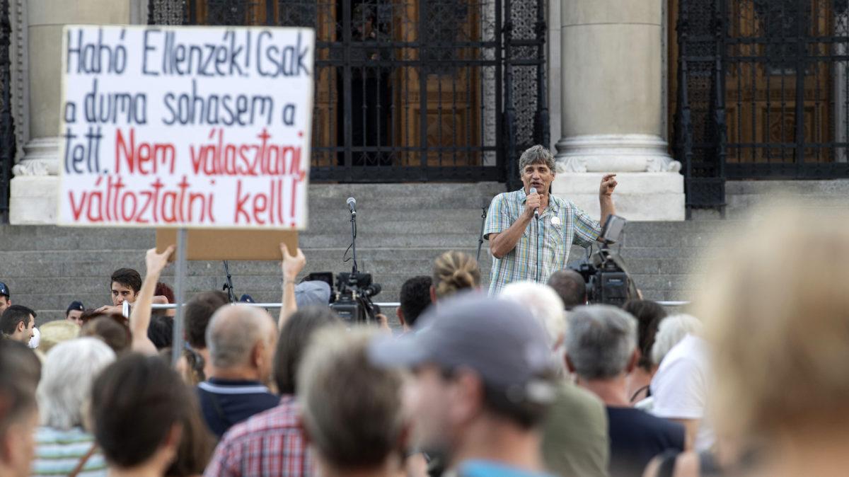 Szűcs Tamás, a Pedagógusok Demokratikus Szakszervezetének (PDSZ) elnöke beszél a köznevelési törvény elleni tiltakozó demonstráción a Kossuth téren 2019. augusztus 31-én.
