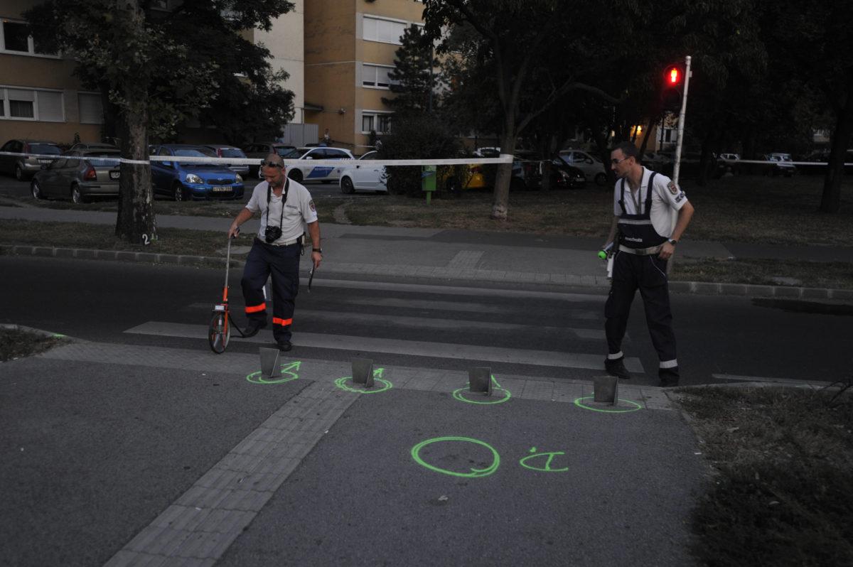 Baleseti helyszínelők 2019. augusztus 31-én Budapest XIV. kerületében, a Vezér utca és a Füredi utca kereszteződésénél, ahol gyermeket gázolt halálra egy autó.