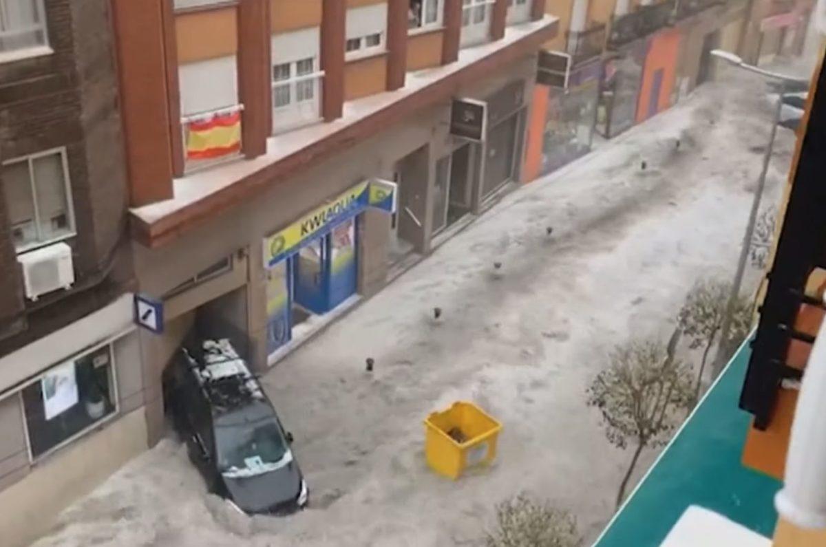 Pokoli jégverés zúdult Madrid környékére, autókat vitt az ár