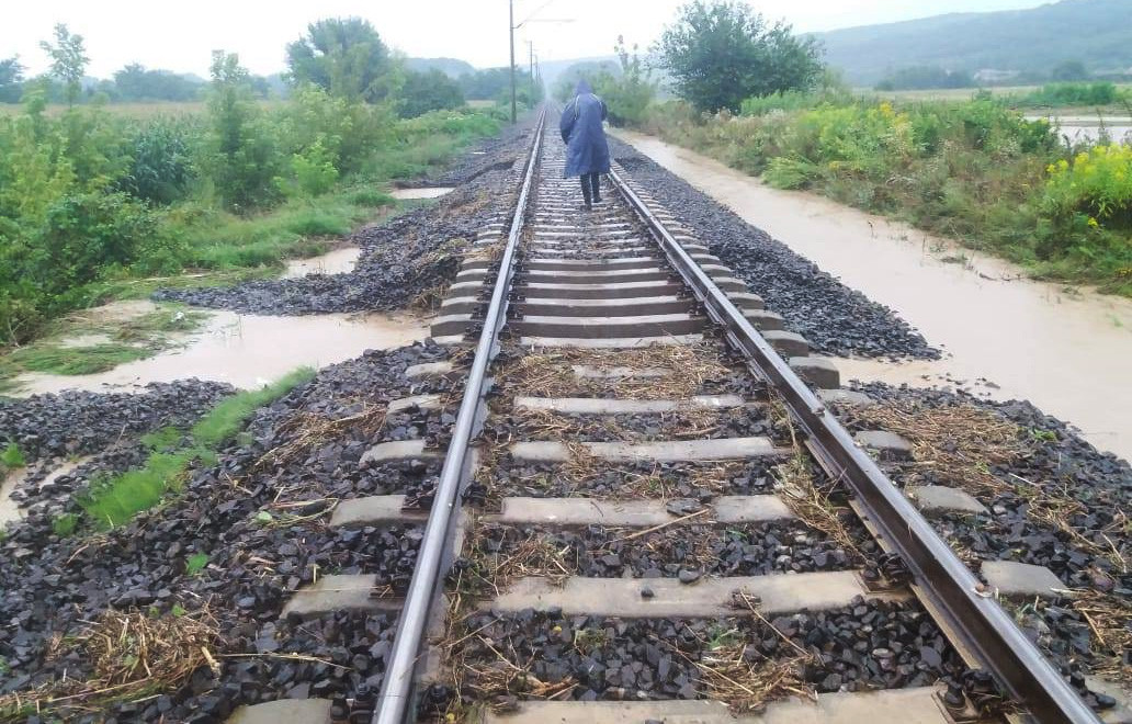 Vízátfolyás által alámosott vasúti pálya Szakály-Hőgyész és Kurd állomások között 2019. augusztus 2-án.
