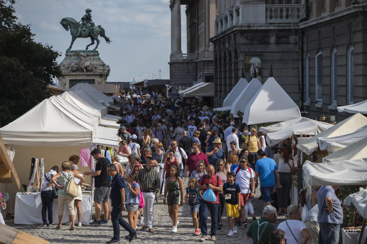 Érdeklődők a 33. Mesterségek Ünnepén a Budavári Palotában a megnyitó napján, 2019. augusztus 17-én. Az augusztus 20-ig tartó rendezvényen mintegy ezer kézműves mester mutatkozik be.