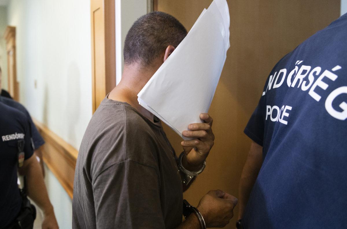 A kettős emberöléssel gyanúsított férfit kísérik a letartóztatásáról döntő tárgyalásra a Nyíregyházi Törvényszék folyosóján Nyíregyházán 2019. augusztus 28-án.