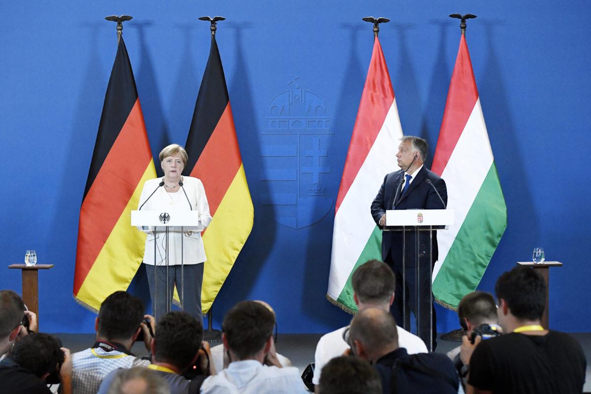 Angela Merkel német kancellár és Orbán Viktor miniszterelnök sajtónyilatkozatot tesz a Páneurópai Piknik 30. évfordulója alkalmából tartott ökumenikus istentisztelet után a soproni városházán 2019. augusztus 19-én.