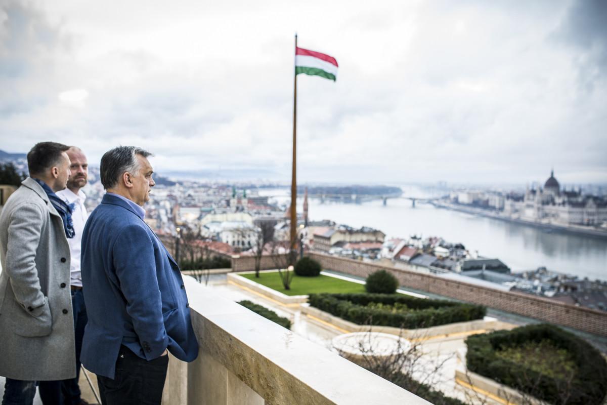 Rogán Antal és Orbán Viktor a miniszterelnöki dolgozószoba előtti erkélyen.
