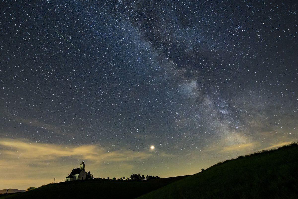 Meteor (b), a Mars (k) és a Tejút (j) a felvidéki Gömöralmágy felett 2018. augusztus 12-én.
