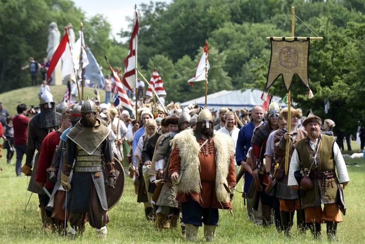 Hagyományőrző íjászok felvonulása a Nyílzápor elnevezésű, a 907-es pozsonyi csata 1110. évfordulója alkalmából rendezett megemlékezésen, Ópusztaszeren, 2017. június 18-án.