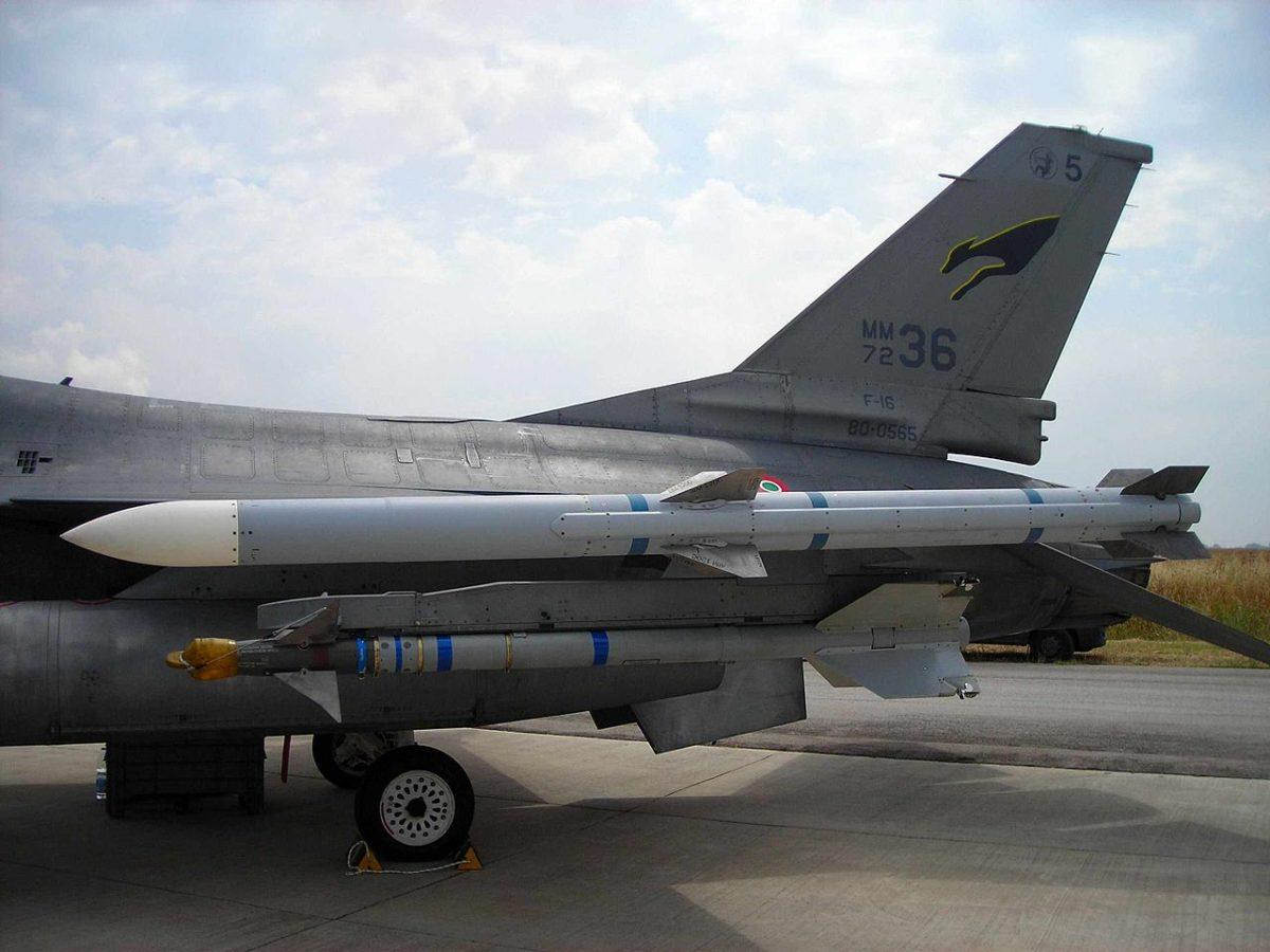 Egy AIM–120 AMRAAM a szárnyvégen.