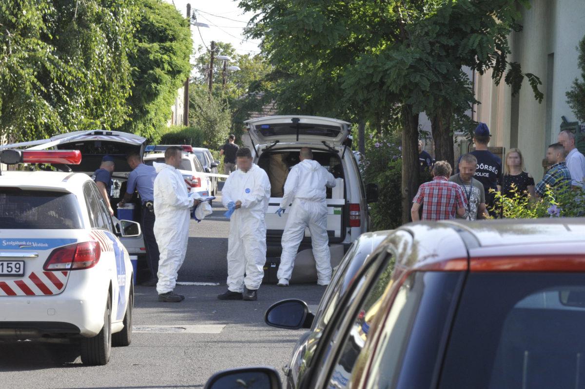 Bűnügyi helyszínelők dolgoznak 2019. augusztus 11-én a XV. kerület Zrínyi utca egyik családi házánál, ahol ismeretlen tettes megölt egy 51 éves férfit.