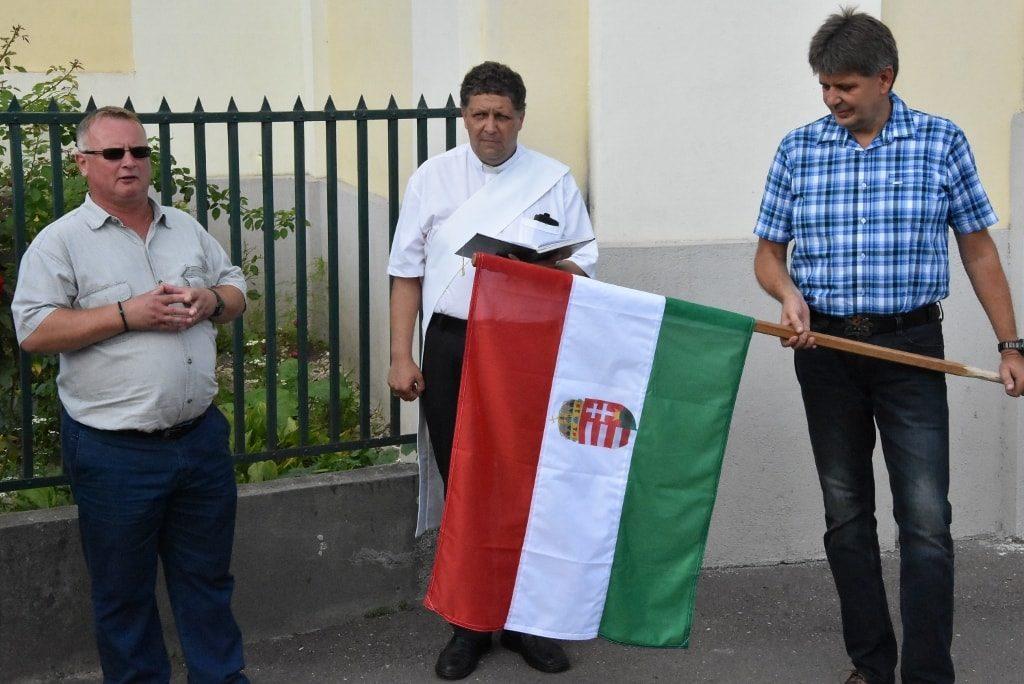 A nagy zászlótartóátadás egyik pillanata.