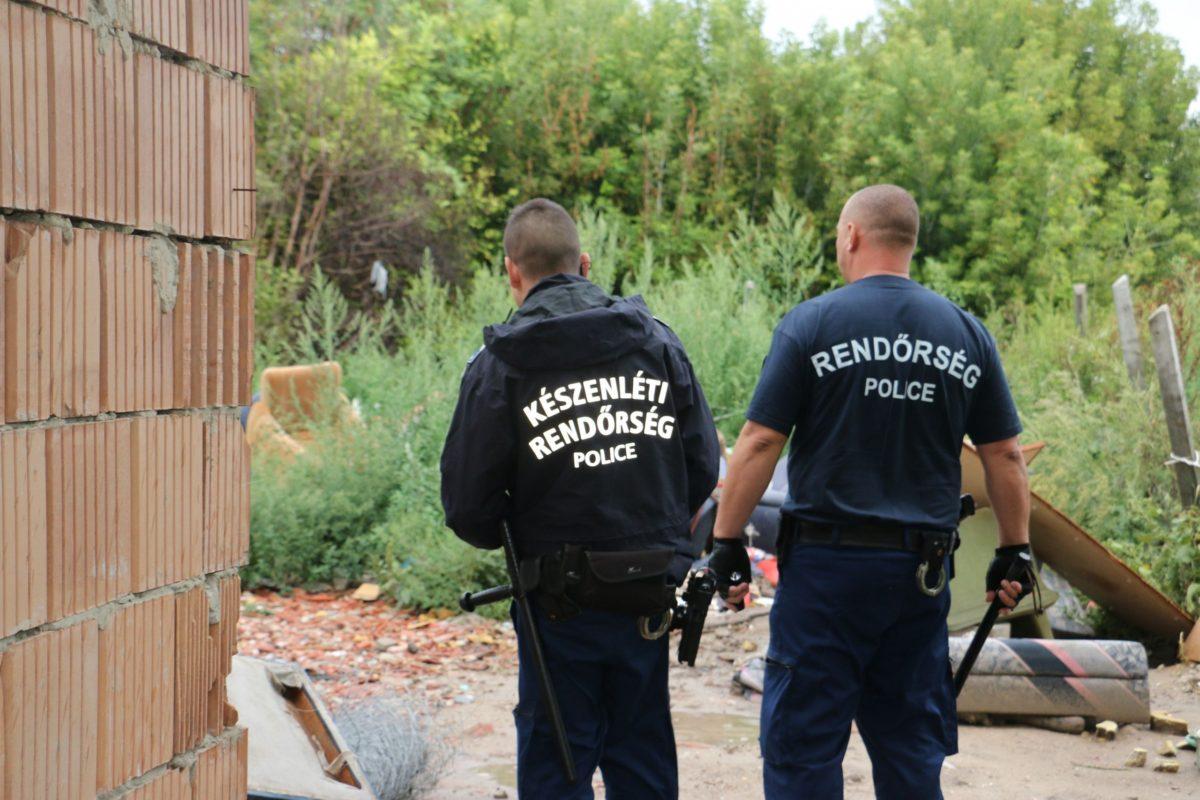 Száznál több rendőr csapott le egy bűnbandára a Balatonnál.