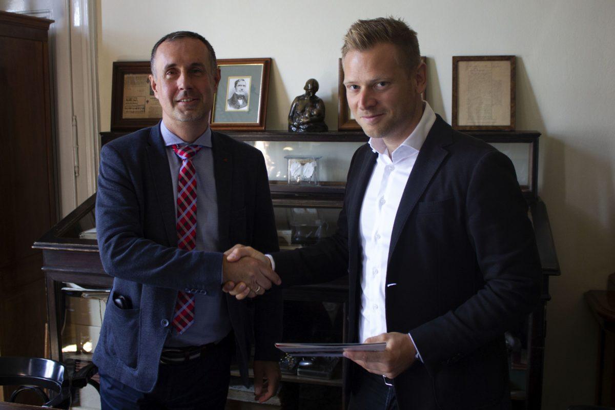 Dr. Szabó Attila, a gyermekklinika igazgatója, klinikai rektorhelyettes (b), és Tiborcz István, Orbán Viktor milliárdos veje.