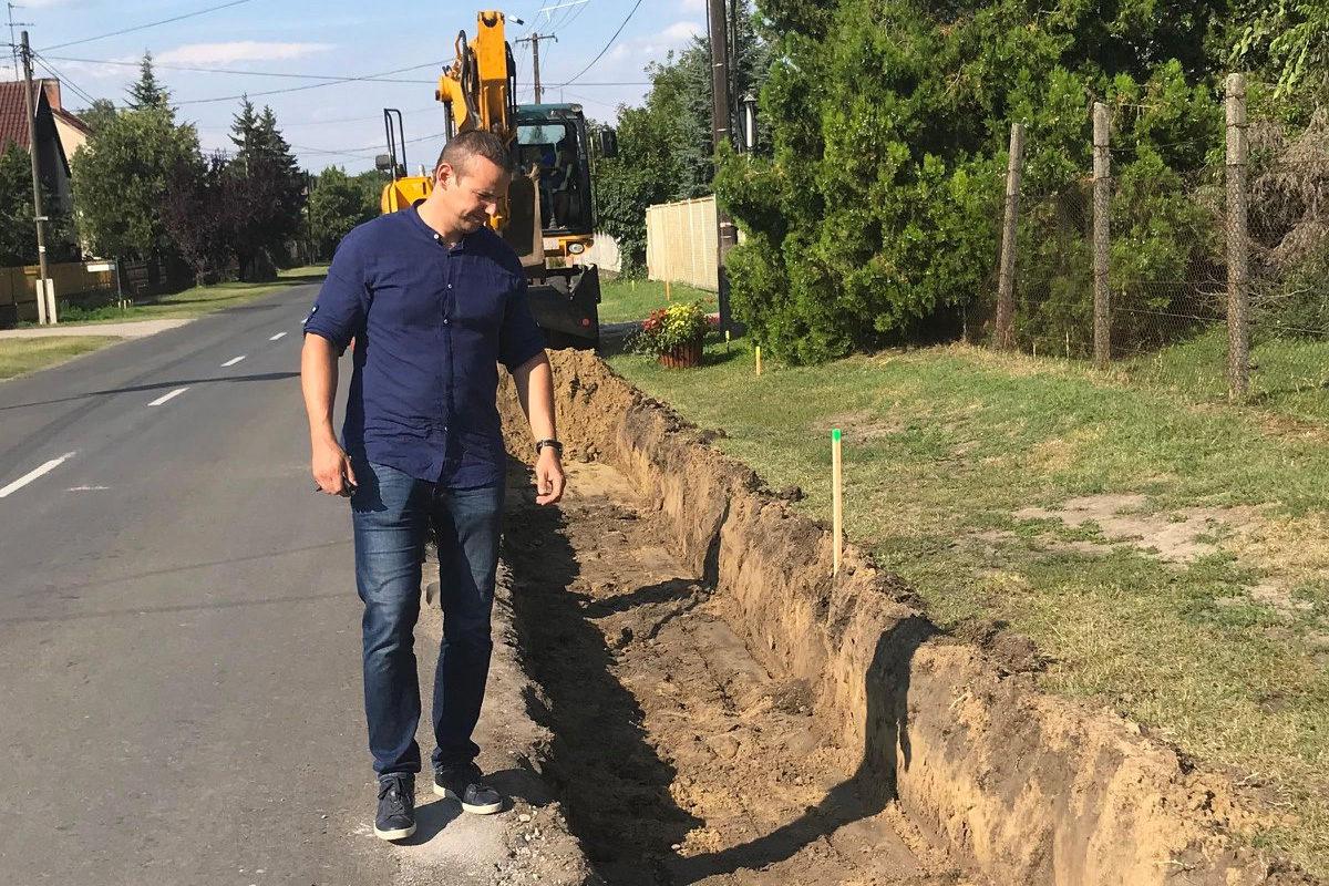 Toroczkai László polgármester megtekinti az árkot Ásotthalom főutcáján.