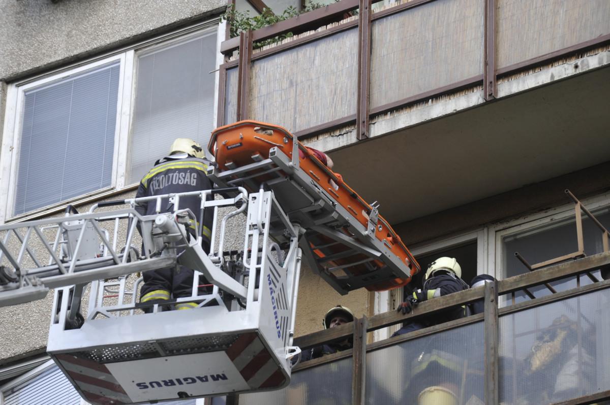 Tűzoltók emelőkosaras daruval és hordággyal mentenek egy férfit egy tízemeletes társasház negyedik emeleti lakásának erkélyéről a XIX. kerületi Zrínyi utcában 2019. augusztus 8-án.