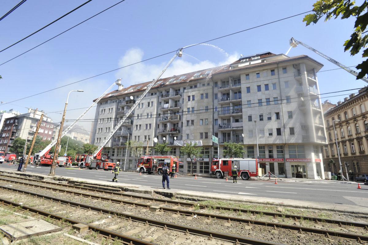 Tűzoltók a Soroksári úton, ahol tűz ütött ki egy hétemeletes lakóépület tetején 2019. augusztus 19-én.