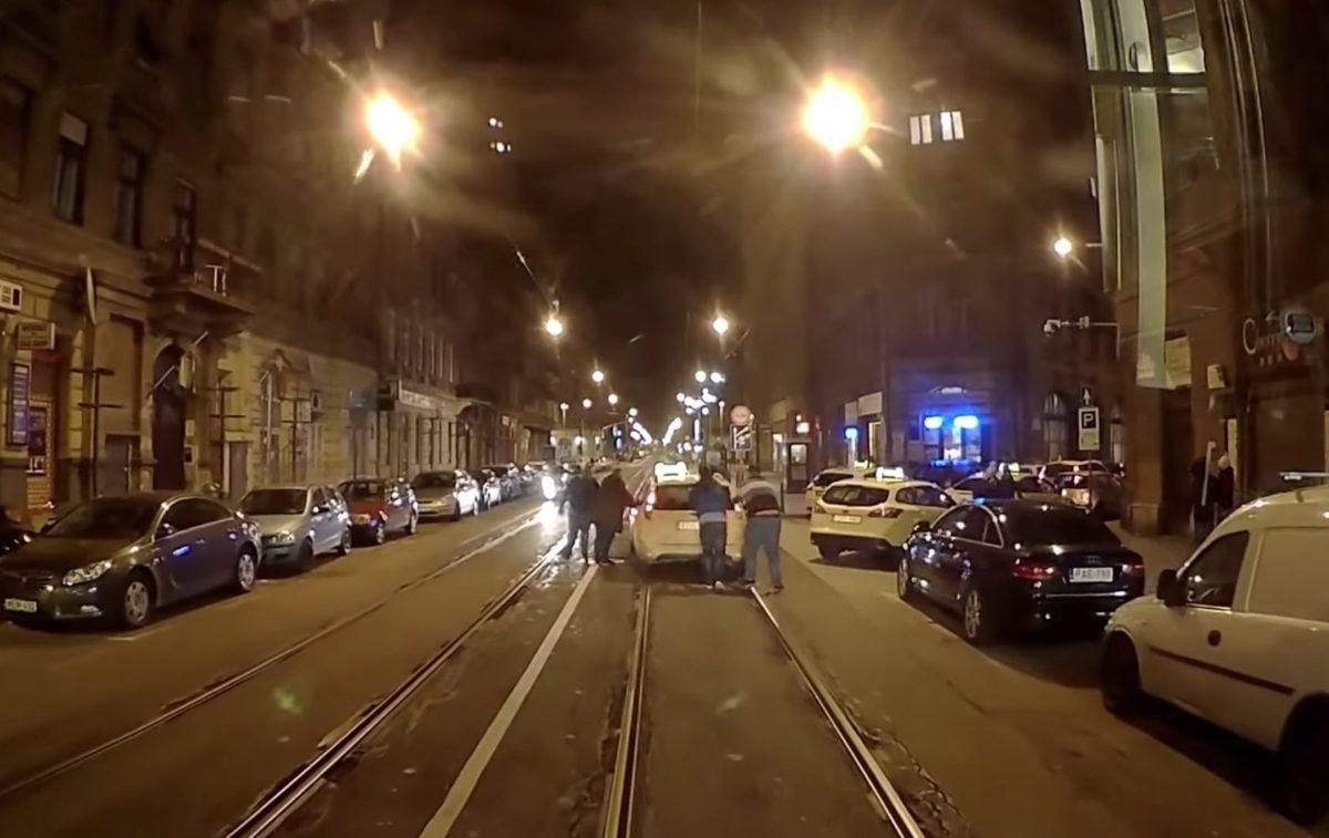 Videó arról, milyen idegtépő a budapesti villamosvezetők élete